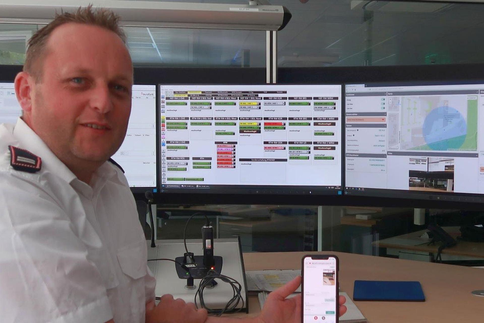 Werner Eichholz, stellvertretender Leiter der Leitstelle des Rheinisch-Bergischen Kreises, zeigt die Funktionen der neuen Software »Emergency Eye« auf den Einsatzmonitoren.