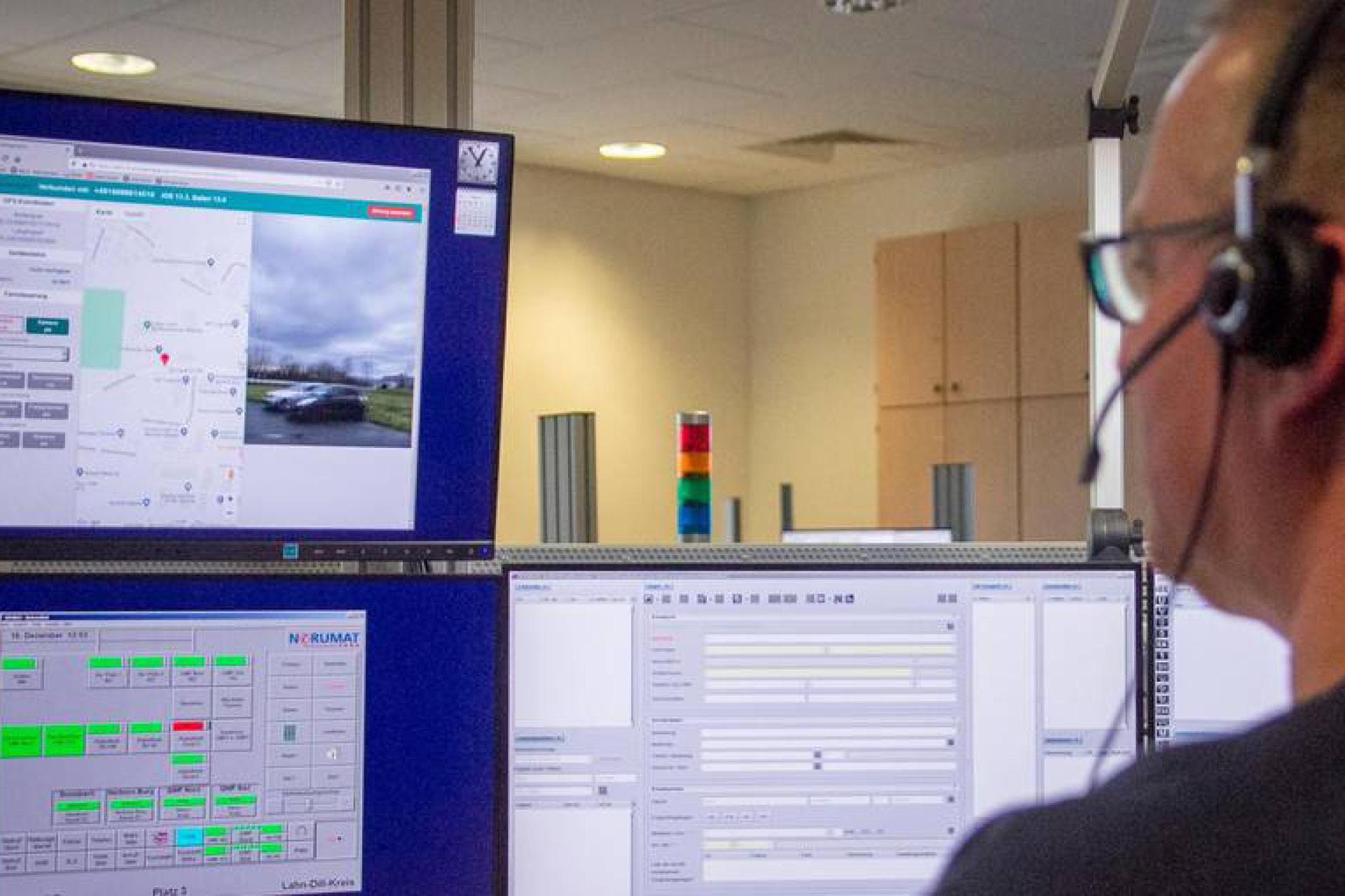 Disponent Jens Schmitt kann in der zentralen Rettungsleitstelle in Wetzlar in einem Notfall - nach Zustimmung - auf das Handy eines Anrufers zugreifen und unter anderem dessen Standort ermitteln sowie auf die Kamera zugreifen. Foto: Malte Glotz