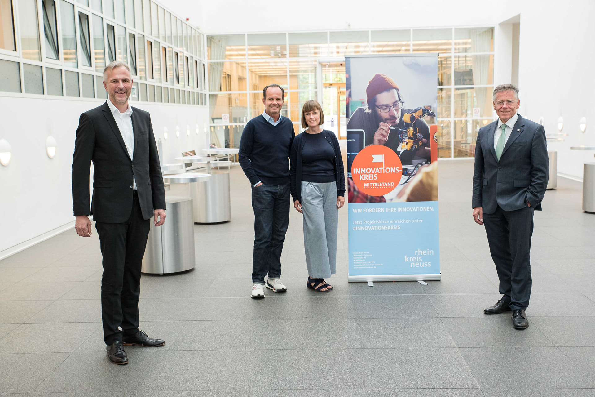 Kreisdirektor Dirk Brügge, Prof. Dr. Günter Huhle und Carola Petri (COREVAS), Landrat Hans-Jürgen Petrauschke (v.l.)