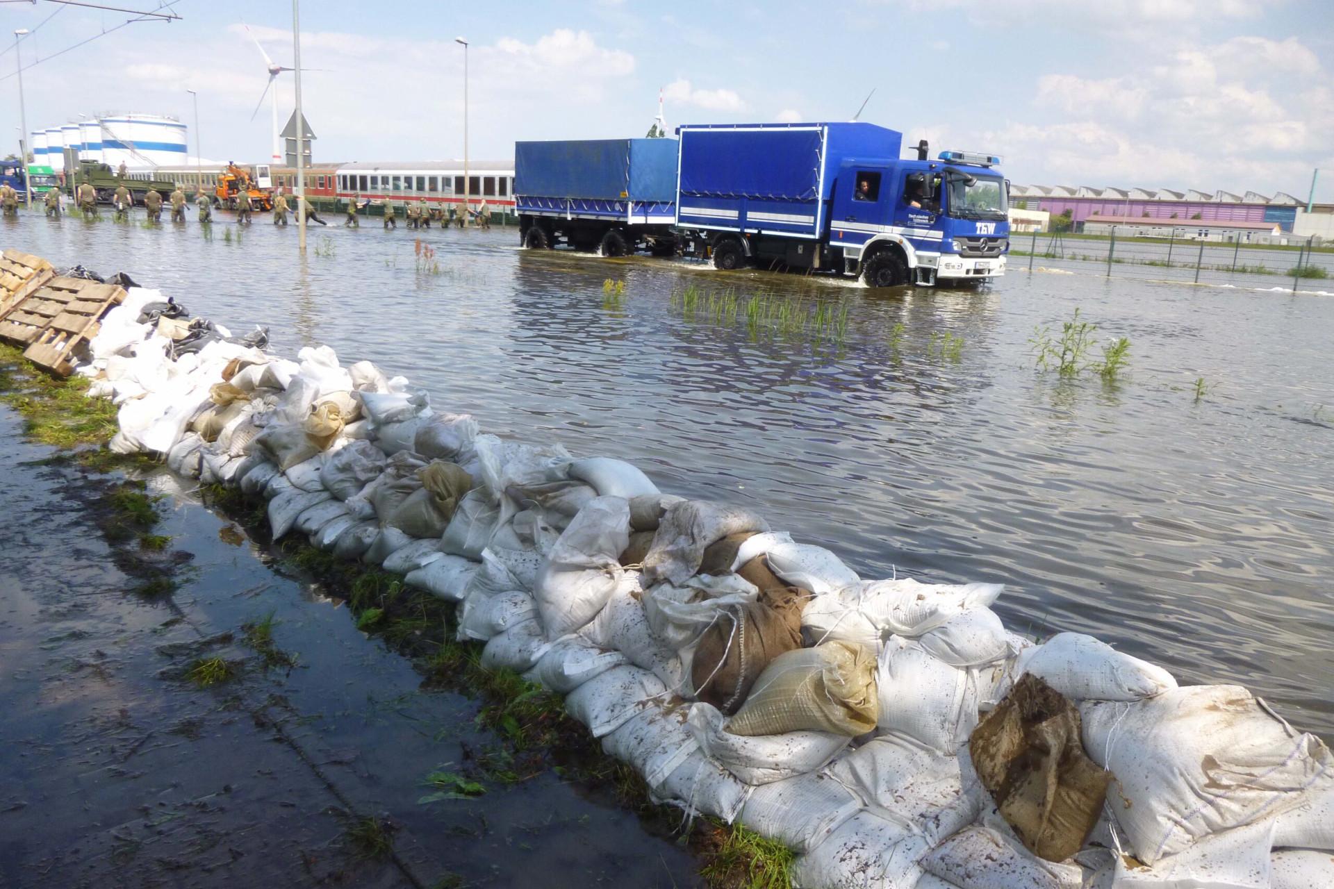 Hochwasser Sandsäcke LKW