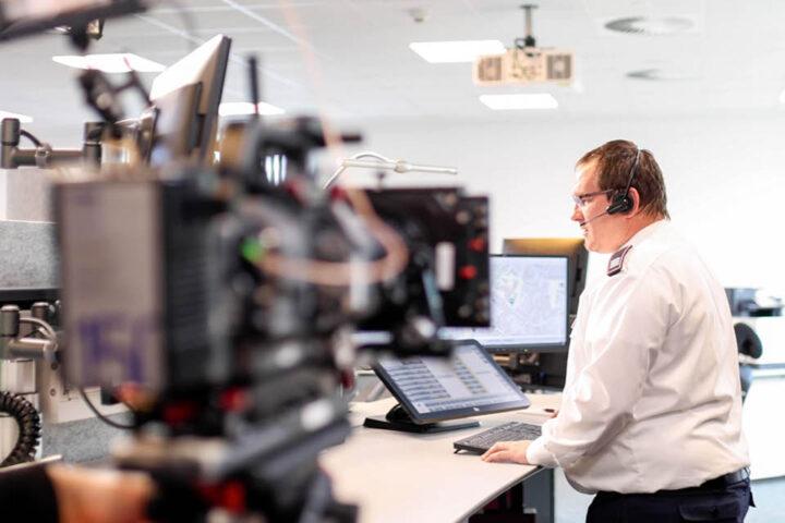 Michael Welbers, Leiter der Kreisleitstelle, bei den Dreharbeiten zum Kurz-Video »Drohne im Rettungseinsatz«. Foto: Kreis Kleve / Verweyen&Koenig