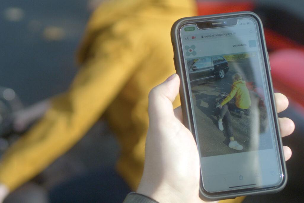 Das Smartphone des Anrufers wird zum Auge der Helfer, als wären sie vor Ort.